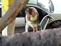 amantes fajando en plena calle